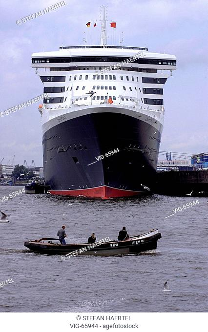 Queen Mary 2, cruise vessel of the shipping company - Cunard - at the cruise terminal in the harbour of Hamburg. - HAMBURG, HAMBURG, GERMANY, 19/07/2004