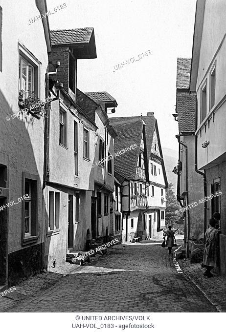 Eine kleine Gasse auch mit Fachwerkhäusern in der Ortschaft Enkirch an der Mosel, Deutschland 1930er Jahre. A small lane also with timbered houses at the small...