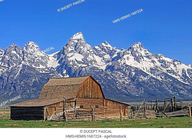 United States, Wyoming, Grand Teton National Park, Historic barn on Mormon Row and the Teton Range with Grand Teton (4,199 m/13,775 ft)