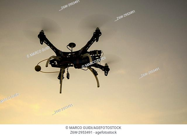 Resumption of a drone to four helixes in flight in the moment of the sunset