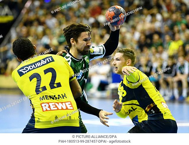 13 May 2018, Germany, Berlin: Handball: Bundesliga, Fuechse Berlin vs Rhein-Neckar Loewen at Max-Schmeling-Halle: Berlin's Fabian Wiede (C) in action against...