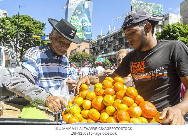 A tangerine vendor takes advantage of the concentration to sell. March and rally called for this Tuesday, February 12, by Juan Guaidó