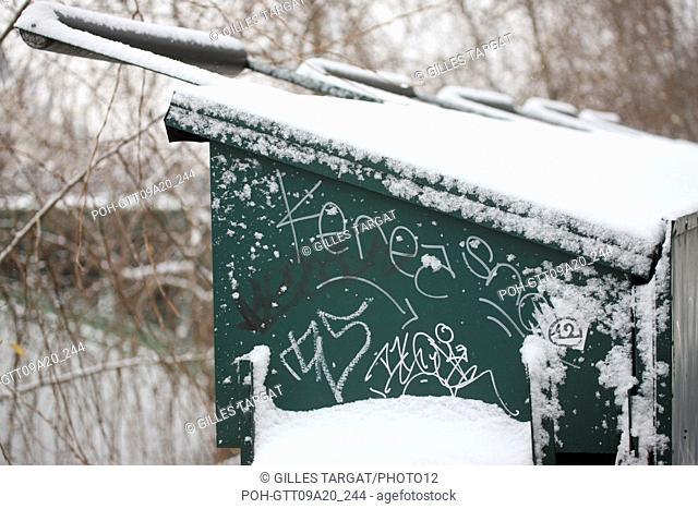 France, ile de france, paris 1e arrondissement, Snow, Snowy, Snowing, December 2009, Quai de la Megisserie, Detail of a graffiti on a bookseller's box, graffiti