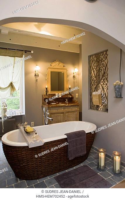 France, Dordogne, Lamonzie Montastruc, guesthouse, Le Moulin de Peychenval Detail bathroom of a room