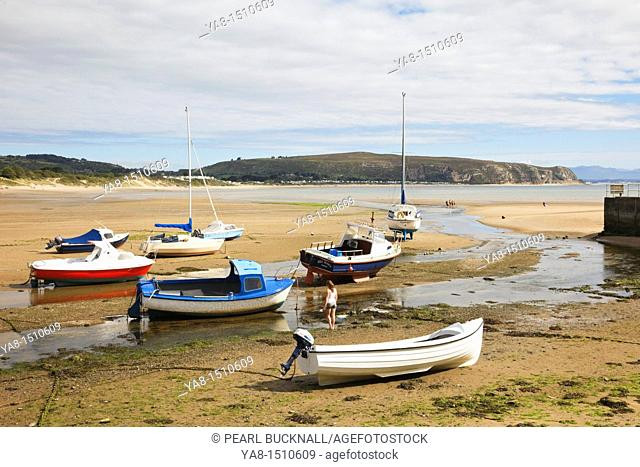 Abersoch, Lleyn Peninsula, Gwynedd, North Wales, UK, Britain, Europe  Beached boats moored in the harbour at the mouth of Afon Soch River estuary at low tide