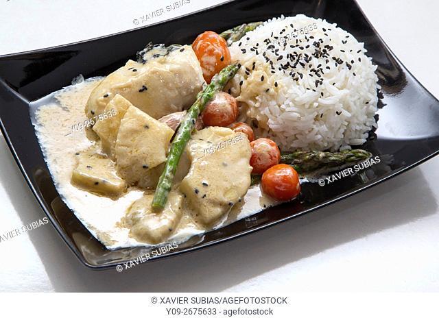 Bacalao al curry verde con esparragos trigueros y tomates cherry