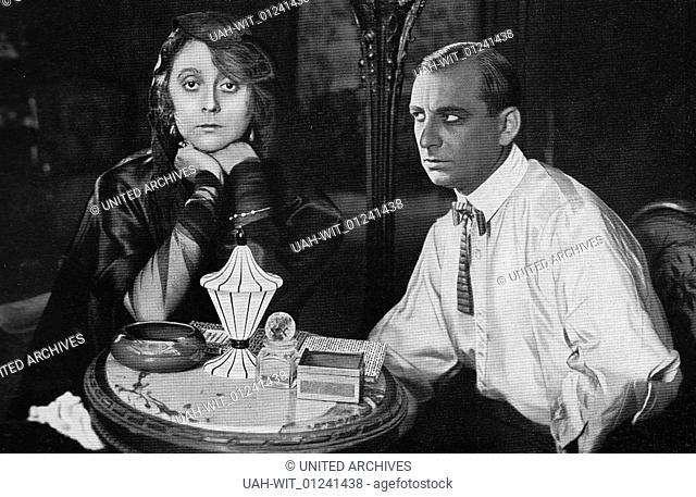 """Gertrud Welcker und Curt Götz in dem Stummfilm """"""""Die Dame in Schwarz"""""""" aus dem Jahre 1920., history, historical"""