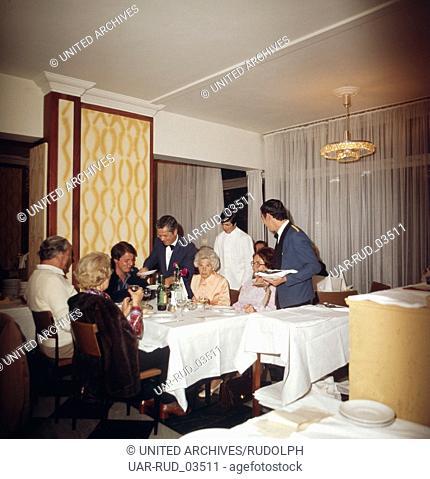 Abendessen in einem Restaurant auf Teneriffa, Kanarische Inseln 1975. Dinner in a restaurant on the island of Tenerife, Canary Islands 1975