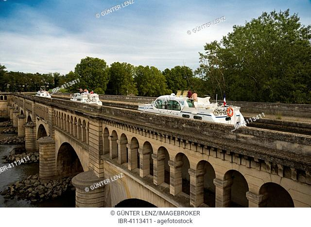 Houseboats on the Pont du Canal, Canal du Midi, Beziers, Languedoc-Roussillon, Aude, France