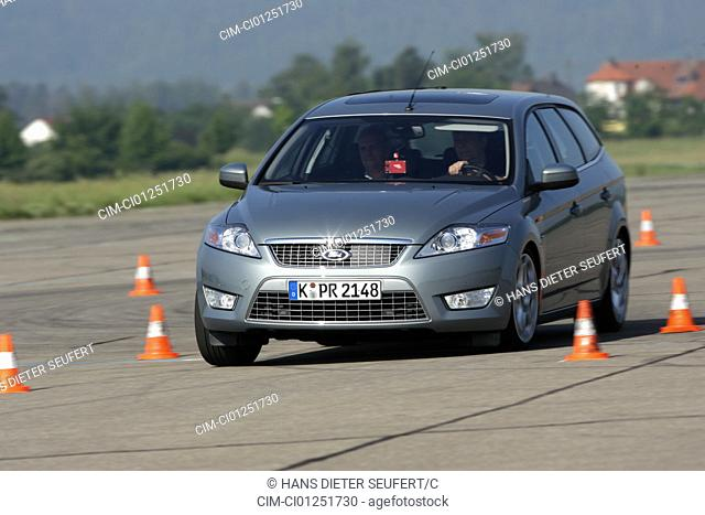 Ford Mondeo 2.5 Turnier, model year 2007-, silver, driving, diagonal from the front, frontal view, Pilonen, test track