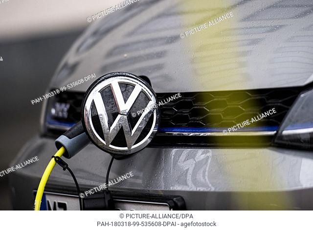 09 March 2018, Germany, Mainz: A Volkswagen stands next to a charging station in the city centre. Photo: Andreas Arnold/dpa