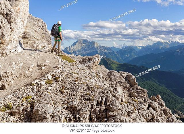 Europe, Italy, Veneto, Belluno. Hiker along the trail Kaiserjaeger, Piccolo Lagazuoi, Dolomites