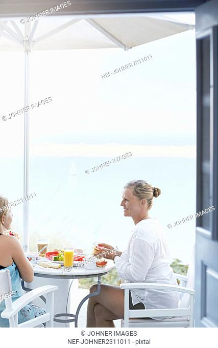 Young women eating breakfast