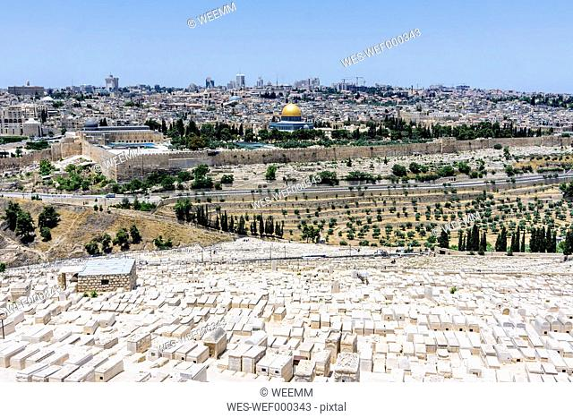 Israel, Jerusalem, View from Mount Olivet over Jewish cemetary to the Dome of the Rock