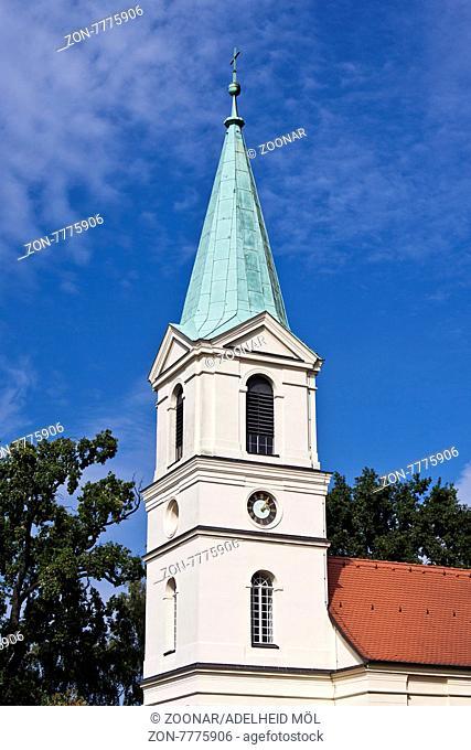 Denkmalgeschützte evangelische Dorfkirche mit Kupferspitze von Ahrensfelde, 1768 erbaut, Kirchengemeinde Ahrensfelde-Mehrow im Kirchenkreis Berlin Nord-Ost des...