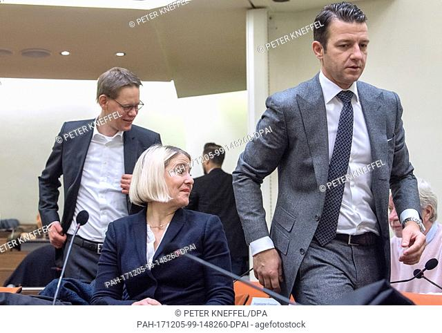 The lawyers of the defendant Zschaepe, Anja Sturm (M), Wolfgang Heer (L) and Wolfgang Stahl (R), enter the court room at the Higher Regional Court in Munich
