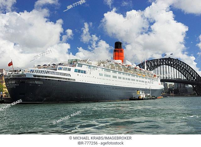 Queen Elizabeth 2, QE2 luxury cruise liner, Harbour Bridge, Circular Quay, Sydney Cove, Sydney, New South Wales, Australia