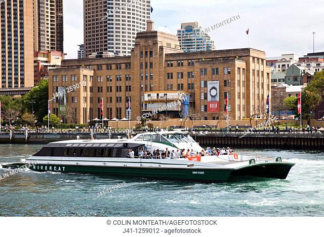 Sydney harbour ferry leaves Circular Quay on sightseeing cruise, Sydney, NSW, Australia