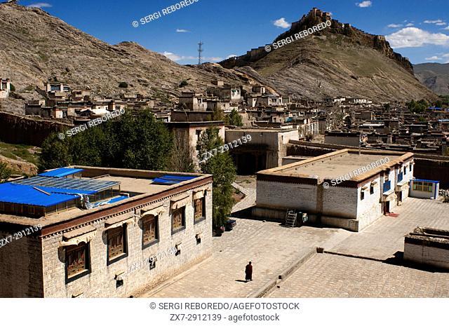 Gyangze village. Outside of the monastery of Pelkhor Chode. Gyangze, Tibet, China, Asia