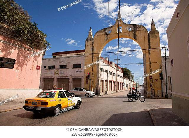 Cars and motorbikes in front of the Arco del Puente Arc in town center, Merida, Yucatan Province, Mexico, Central America