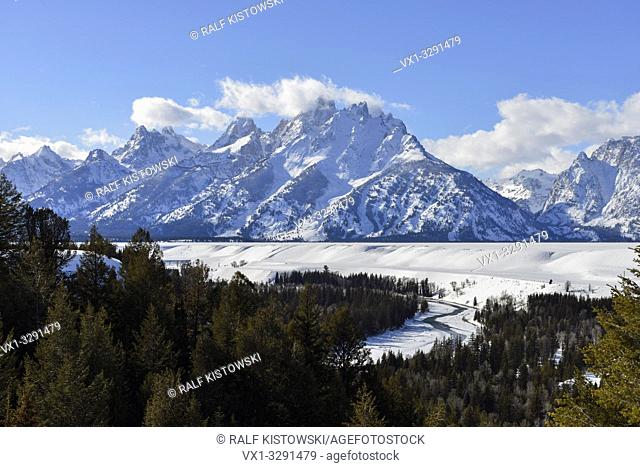 Snmow covered Teton Range and Snake River on a nice winter day from Snake River Overlook, Grand Teton NP, Wyoming, USA