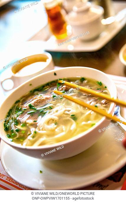 Vietnam, Hà N?i, Hanoi, district of Cong Vi Ba Dinh / Q. Ba Dính. Breakfast in the morning, the best Pho / soup of the district at Ph? 10 Lý Qu?c Su / Pho Ly...