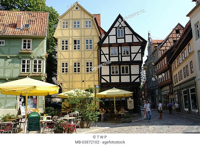Germany, Saxony-Anhalt, Quedlinburg, grain-market, street-cafe, passers-by, old part of town, alley, houses, buildings, timbering-houses, style, timbering