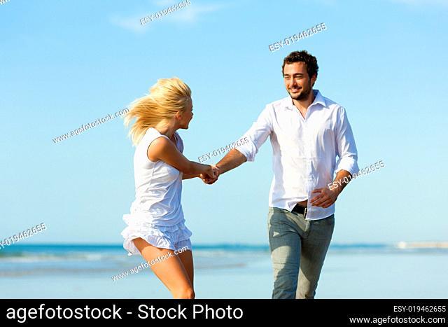 Paar am Strand läuft in großartige Zukunft