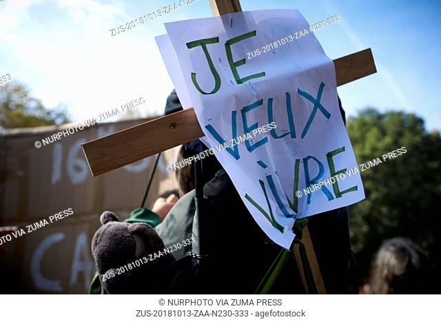 October 13, 2018 - Toulouse, France - Parents of a baby put a placard reading 'I want to live' on his cradle. After the IPCC report on the difference between 1
