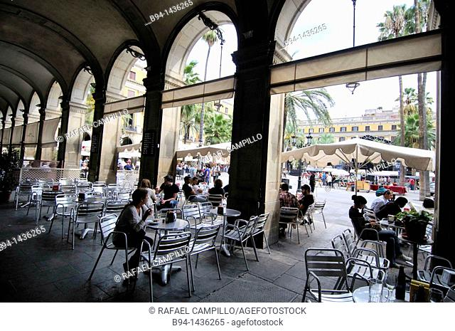 Plaça Reial, designed by Francesc Daniel Molina i Casamajó in the 19th century, square in the Barri Gòtic of Barcelona, Catalonia, Spain