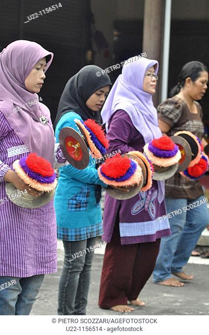 Kuta (Bali, Indonesia): Muslim women training for a traditional dance show