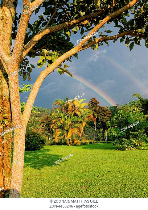 Doppelter Regenbogen über einer Finca in Alcalá, Kolumbien / Double rainbow over a farm in Alcalá, Colombia