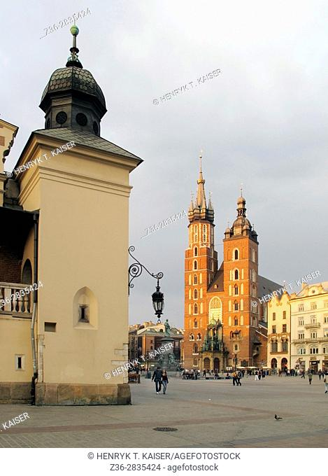 Main Market Square, Cloth Hall and St Mary s basilica in late evening light, Krakow, Poland