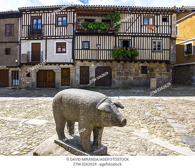Arquitectura tradicional y monumento al Marrano de San Antón. La Alberca. Sierra de Francia. Salamanca. Castilla León. España