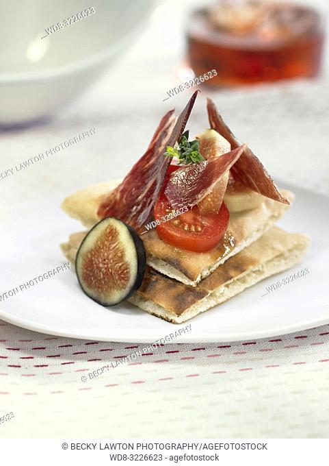 montadito de jamon iberico con higos y tomates cherry / montadito of iberian ham with figs and cherry tomatoes