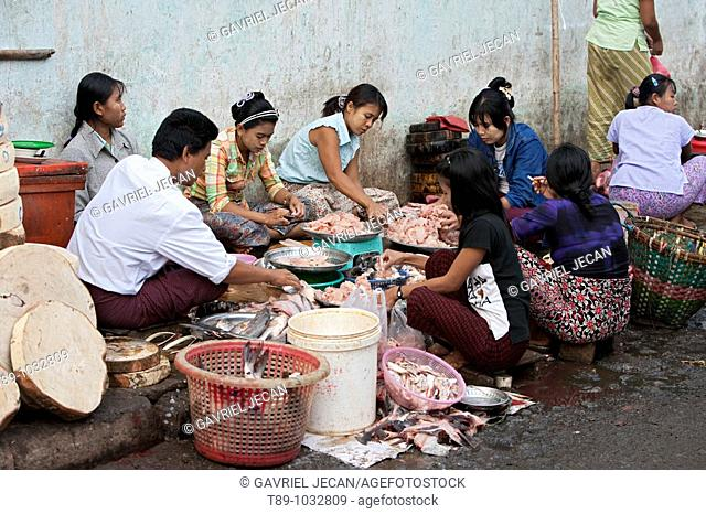 workers clening fish in the morning fish market