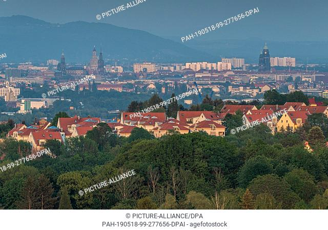 18 May 2019, Saxony, Dresden: Panoramic view in the evening on the Elbe valley and the old town with the Semperoper (l-r), the Hofkirche, the Frauenkirche