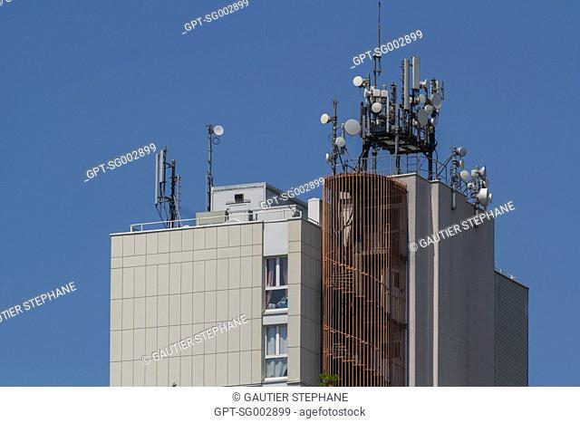 APARTMENT BUILDING, MOBILE TELEPHONE RELAY ANTENNAS, LES ULIS (91), ILE-DE-FRANCE, FRANCE