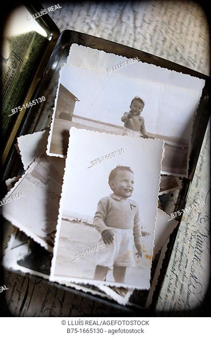 fotos antiguas, varias, fotos color sepia, muchas, grupo, guardadas, caja, paso del tiempo, antiguedad, niño, niño pequeño, niño antiguo, años 40, años 50, pose
