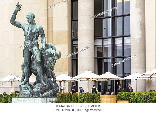 France, Paris, Place du Trocadero, Palais Chaillot (1937), Cafe de l'Homme with its terrace and the statue Hercules taming a bison of Albert Pommier