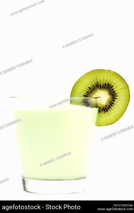milchshake mit einer scheibe kiwi