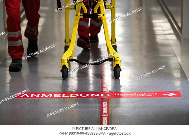 18 March 2019, Rhineland-Palatinate, Mainz: Paramedics are pushing a stretcher past the E.R. application. Photo: Andreas Arnold/dpa