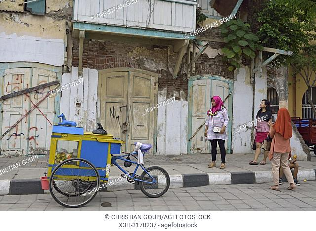 itinerant fruit vendor, Garuda Street, Old Town of Semarang, Java island, Indonesia, Southeast Asia