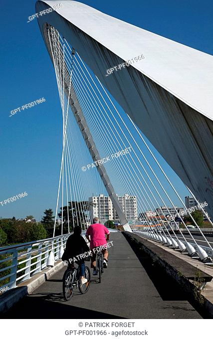 CYCLISTS ON THE PONT DE L'EUROPE BRIDGE, 'LOIRE A VELO' CYCLING ITINERARY, ORLEANS, LOIRET 45, FRANCE