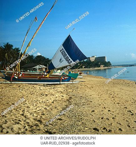 Erholung in Sanur Beach nahe der Stadt Denpasar, Bali, Indonesien 1982. Recovery in Sanur Beach near the city of Denpasar, Bali, Indonesia 1982