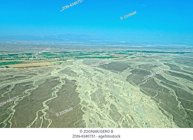 Hochebene über Nazca Peru-bedrohtes Weltkulturerbe das man nur aus dem Flugzeug richtig bestaunen kann, Plateau over Nazca Peru-Endangered World Heritage Site...