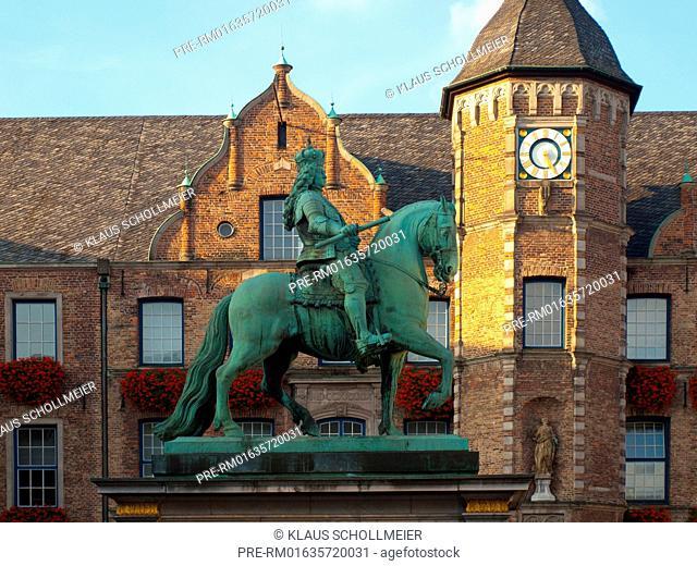 City hall and Johann Wilhelm monument, Düsseldorf, NRW, Deutschland, October 2014 / Rathaus und Jan-Wellem-Denkmal, Düsseldorf, NRW, Deutschland, Oktober 2014
