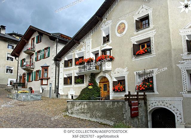 Platz La Plazetta mit Engadinerhäusern und Brunnen der Vi-Quelle, Scuol, Engadin, Graubünden, Schweiz / Square La Plazetta with Engadine houses and the well of...