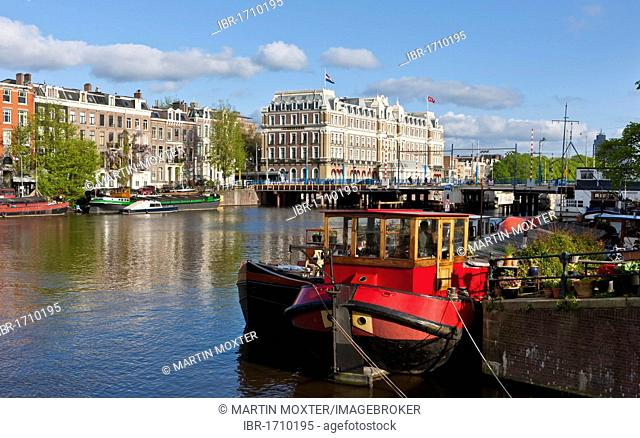 View of house boats, in the back the Amstel Hotel, Herengracht, Amstel, Amsterdam, Holland, Netherlands, Europe