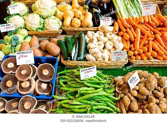 Salat und Gemüse auf dem Markt